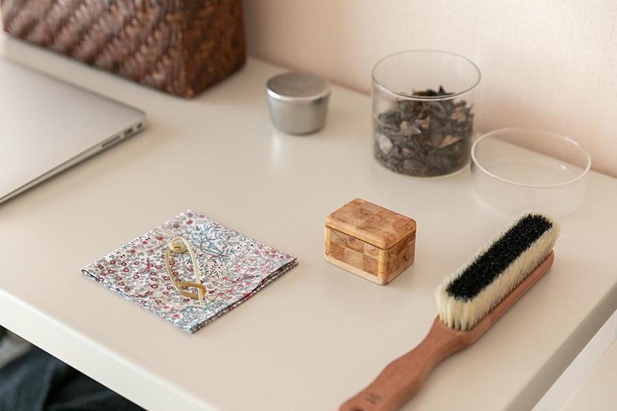 シンプルなスチール棚に、小物をきちんとディスプレイして。