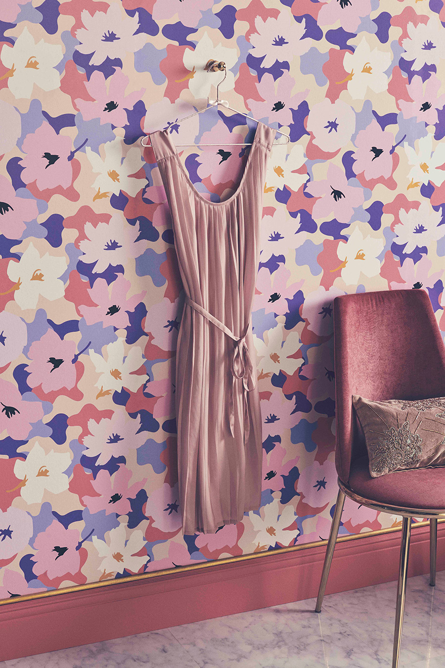 大胆な花柄でガーリーな部屋に。