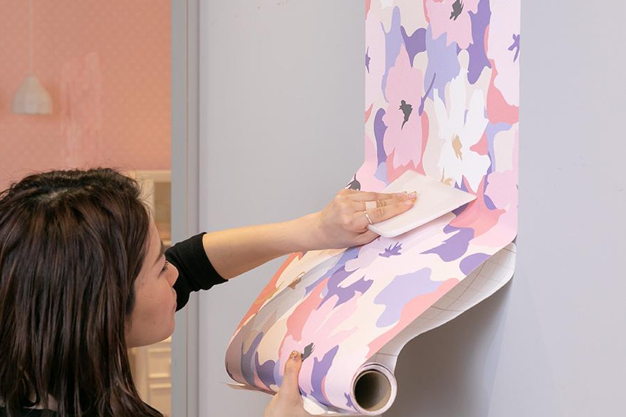 上部の裏紙を10cmほどはがしてスタート地点に貼る。裏紙を少しづつはがして、スクレーパーや手で空気を抜くように押さえて貼っていく。