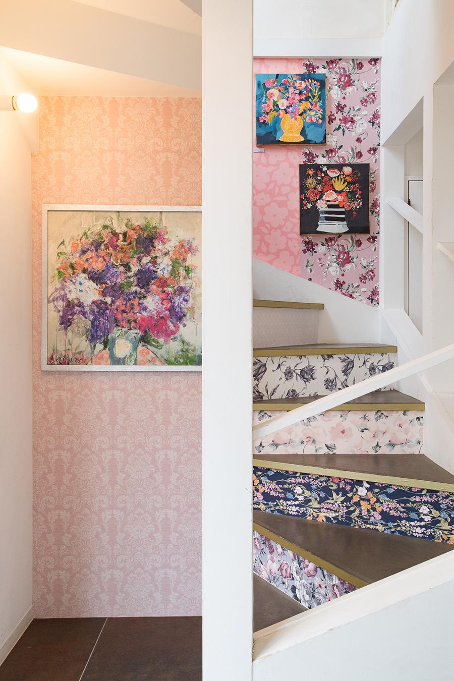 階段の段差と段差の間に壁紙を貼るアイディア。1段づつ柄を変えている。