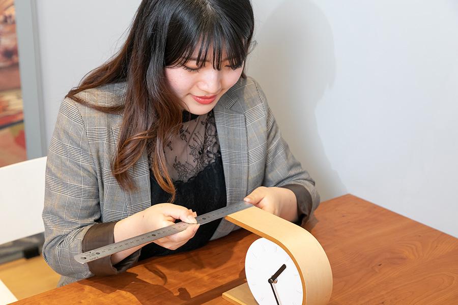 時計の側面に貼るために必要な壁紙のサイズを定規で測る。
