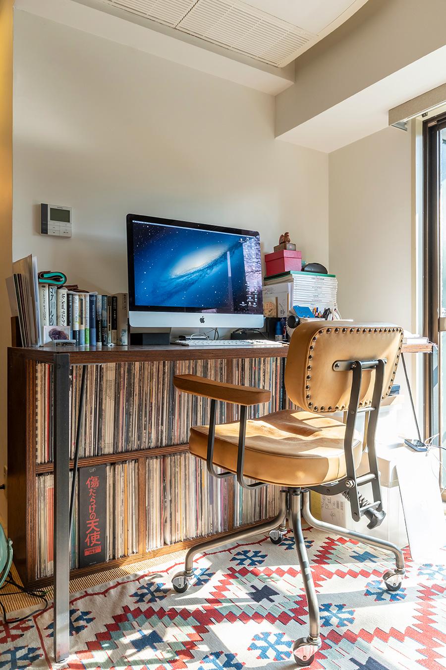 作業机の下に、レコード用の収納棚を造作。