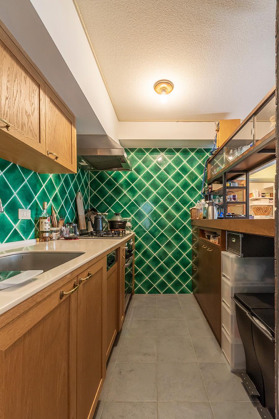 キッチン壁面には印象的な緑色のタイルを選んだ。