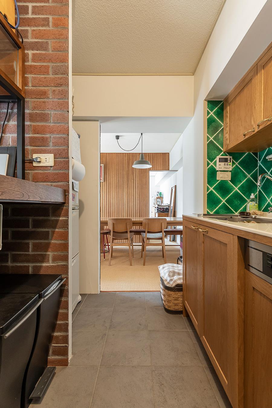 キッチン床には「名古屋モザイク」のルナーレを。