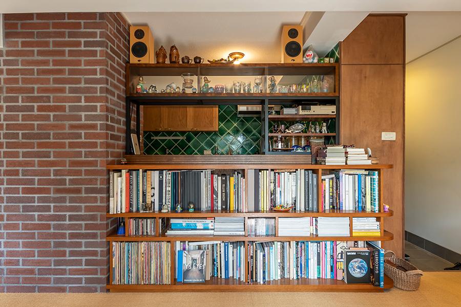 キッチン腰壁には収納棚を設置。