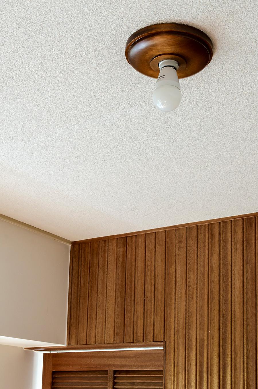 木製ブラケットライトは「PACIFIC FURNITURE SERVICE」。