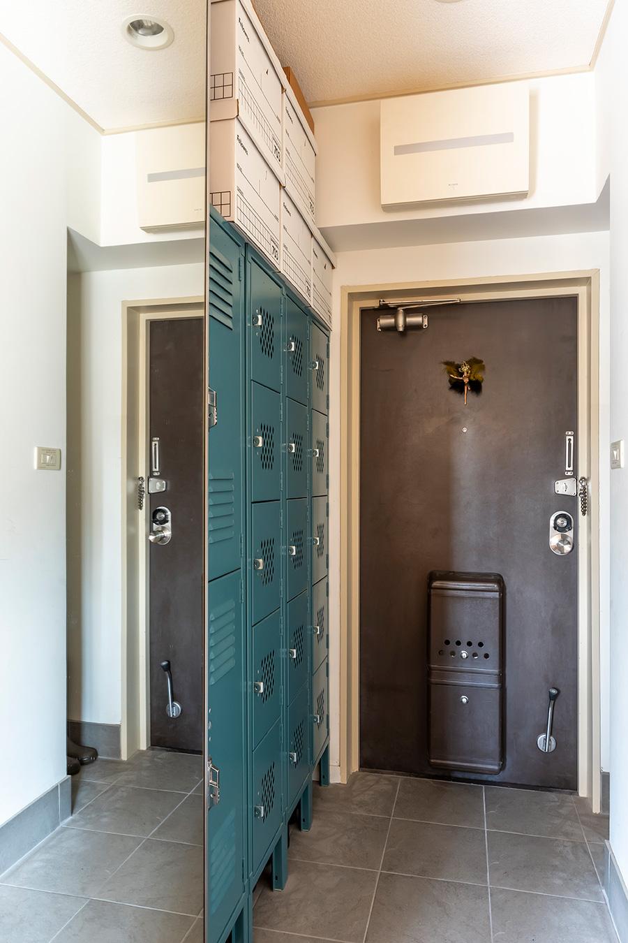 下駄箱には「Lyon社」のスチールロッカーを。