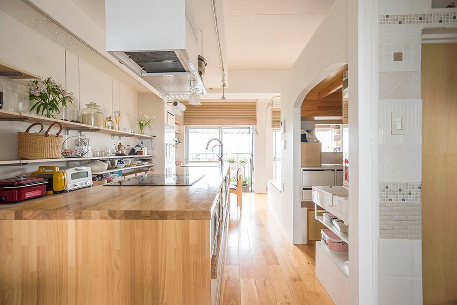 玄関を入ると現れるキッチンカウンターが、ベランダまで視線を誘導。この直線が視覚的に狭さをカバーする。