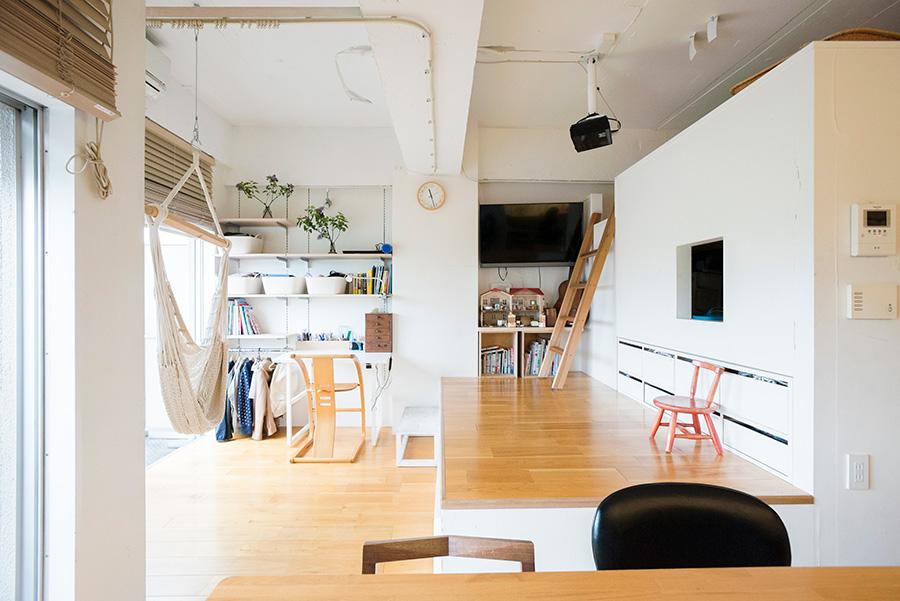 リビングの中央に小上がりを設けることで、空間を2フロアに分け、スペースを有効に活用。