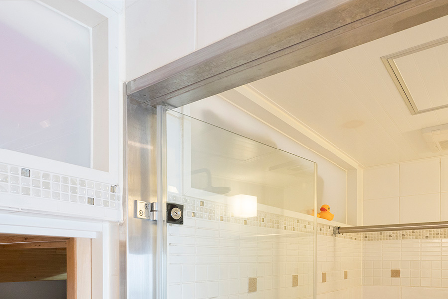 バスルーム、ロフトの壁の上部に明かりとりのスリットを。玄関脇にも設けられている。