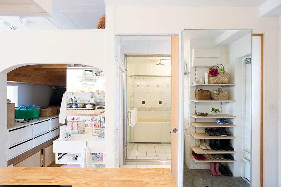 オープンな室内は、キッチンに立てばすべて見渡せる。バスルームはタイル貼りにこだわった。