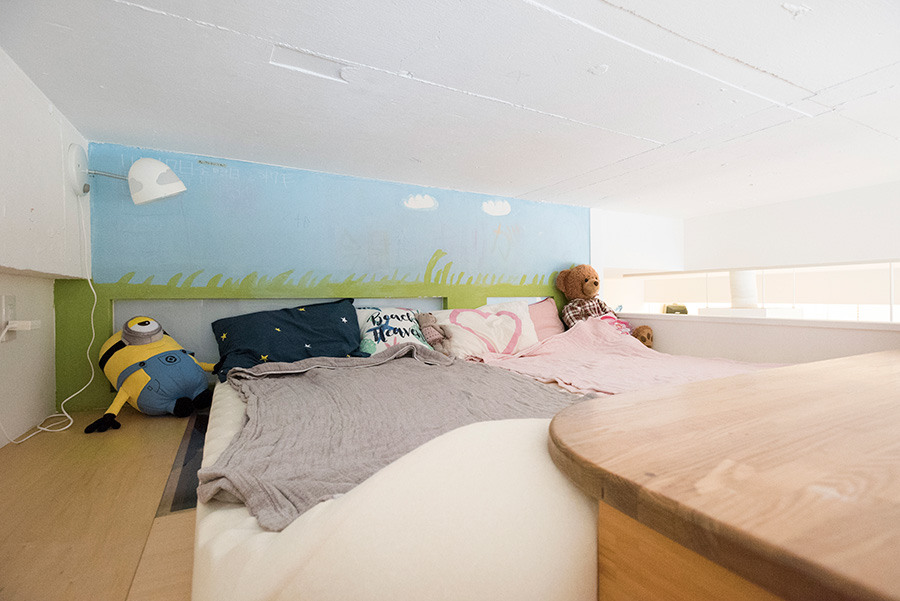 ロフト上のベッドルーム。壁は子どもたちが描いたチョークアート。