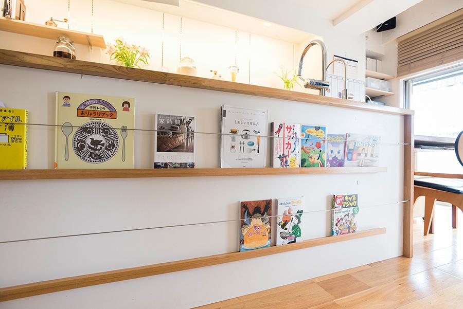 キッチン裏のブックシェルフは、大きな本棚を置くかわりにと考えてオーダーしたもの。