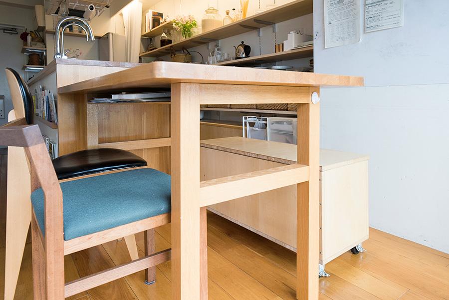 机はゴムの木で造作。DIYで造ったベンチは、収納も兼ねている。キッチンの棚の下でも多数使用。