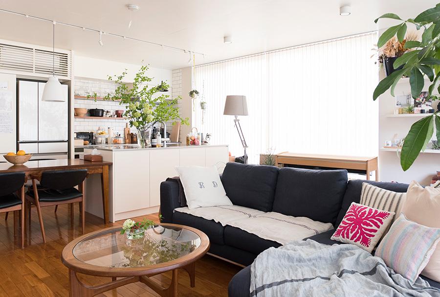 中央にソファーを置き、家族で過ごすスペース、ひとりで読書するコーナーなどを緩やかに分けている。そこに寛ぎを与えるためのアイデアがたくさん。