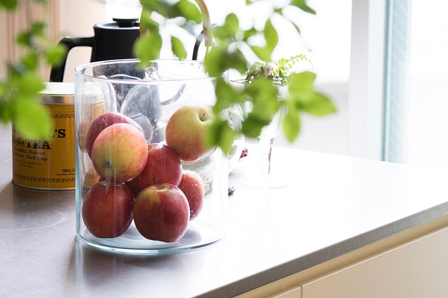 みつまさんが愛用するのはガラスの入れもの。花瓶などをフルーツ入れに。