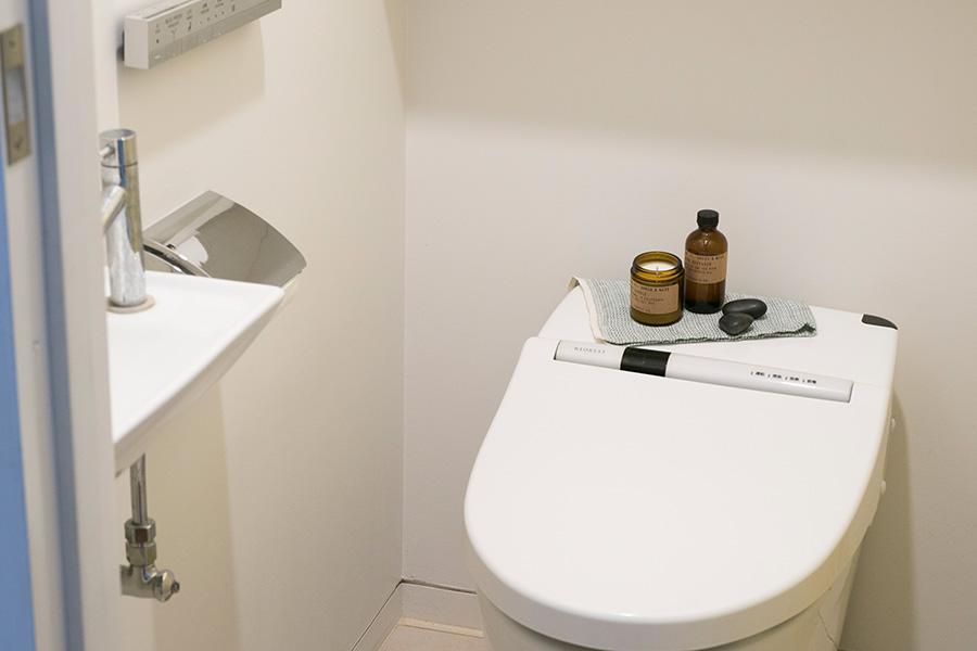 棚などがなくても、ひと手間加えてトイレを快適な空間に。