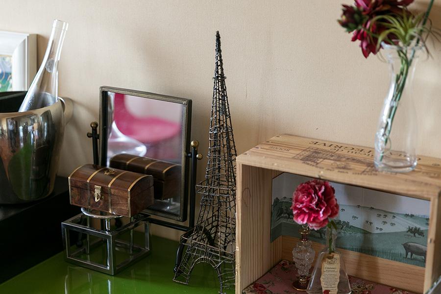 棚の上には、エッフェル塔のオブジェやワインの木箱を利用したお手製の飾りが並ぶ。