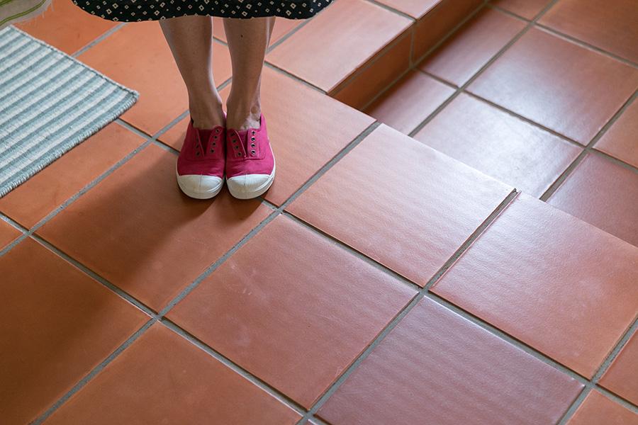 床は、ずっと憧れていたテラコッタタイルに貼り替えた。「料理教室に使う場所なので、掃除が楽な点、汚れが気にならない点も気に入っています」。