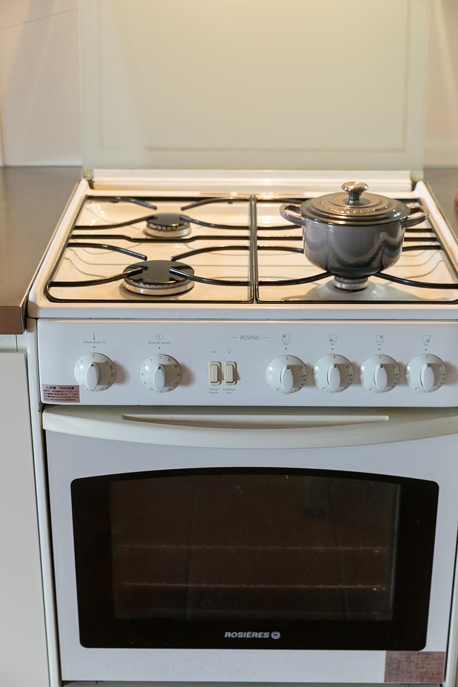 日本では見慣れないガラス蓋付きのガスコンロは、フランスの老舗キッチン機器ブランド「ROSIERES(ロジェール)」のもの。