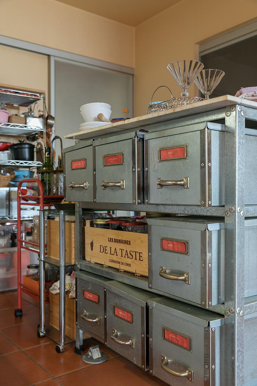 キッチン用品をたっぷり収納できる棚は、「F.O.B COOP」で購入したもの。作業台としても使えて便利だという。