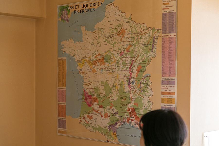 壁には、フランスのワインの産地やシャトーがびっしり書かれた地図が。フランスで買ってきたもので、ラミネート加工されていて丈夫。