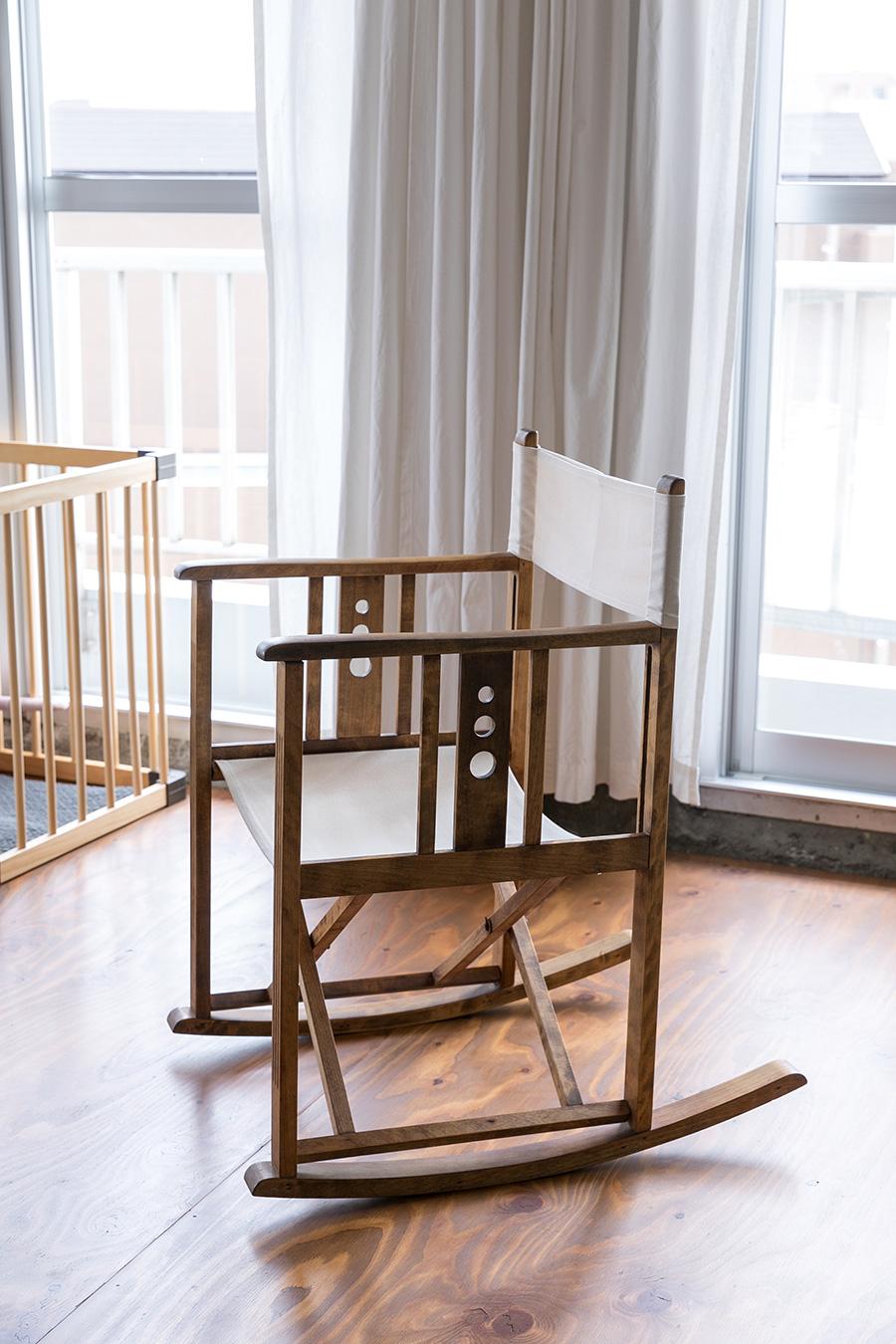 ヤマハのロッキングチェア。「もともとは塗装されている椅子だそうですが、塗装を剥いだ状態のものを古道具屋で買いました」
