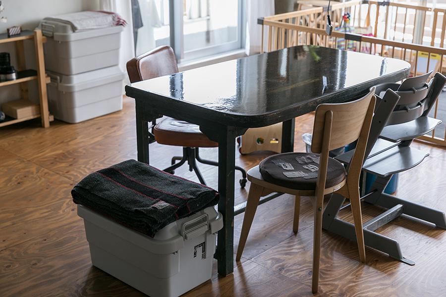 テーブルの天板は、エポキシ樹脂を塗って固めた。「やり方を紹介している海外のYoutubeを見ながらDIYしました」。テーブルの手前のBOXは無印良品のもの。「前の家から使っています。たくさんモノが入るし、イスとしても使えるので気に入っています」