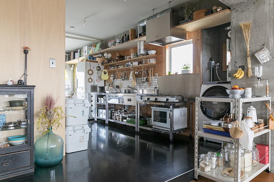 シンプルなステンレスの業務用のキッチンカウンター。