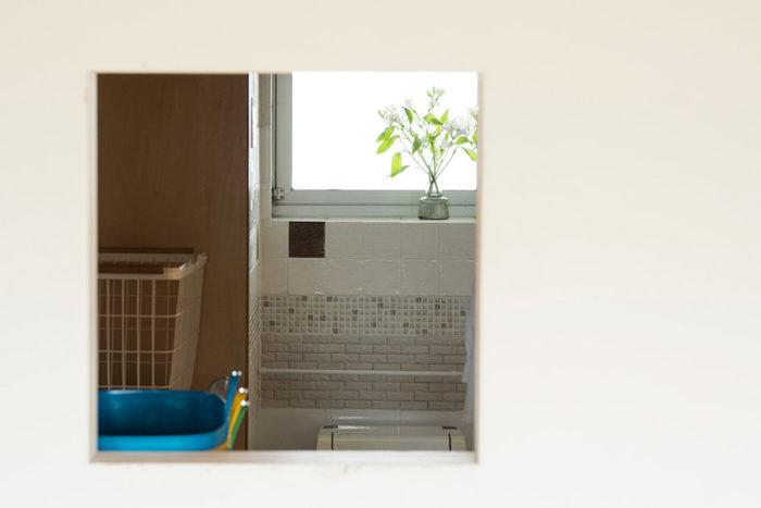 トイレとランドリー兼クローゼットの間は引き戸。開けておけば小窓からの光が室内に通る。