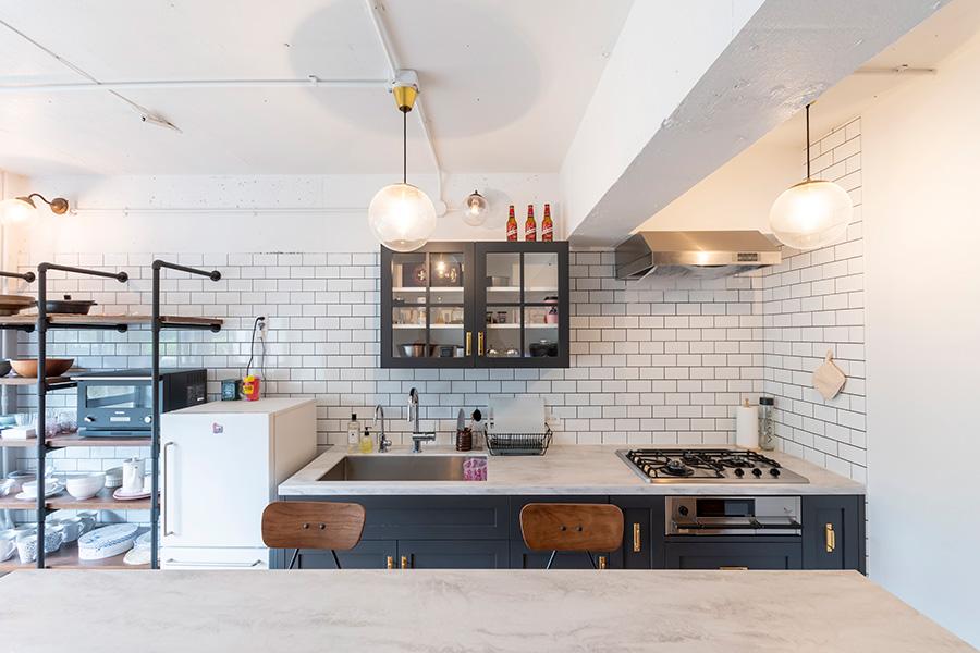 壁付けキッチンは造作したもの。