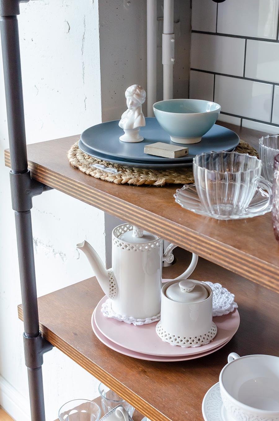 棚にはガーリーな陶器が多く並ぶ。