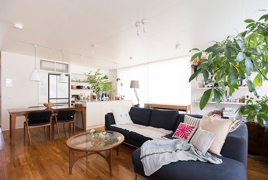 専有面積を自由に設計できるコーポラティブハウス。LDKにたっぷり広さを取り、パーテーションの代わりに家具やグリーンで変化をつけた。