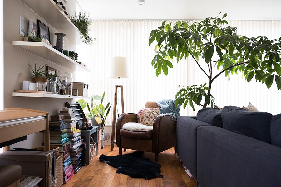 ソファーの後ろには、一人で読書や作業ができるコーナーを。敷物を敷いたり、観葉植物をあしらったりすることで、特別な場所という雰囲気を演出。ソファーの位置や向きを変えれば、部屋の雰囲気も変えられる。