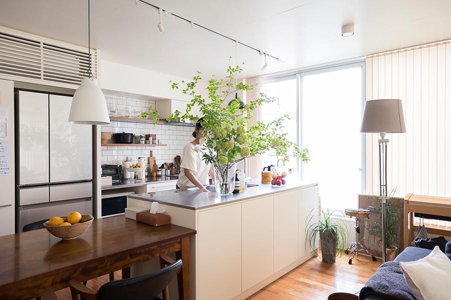 リビングから丸見えになるアイランドキッチンには、大ぶりの枝ものが特におすすめ。