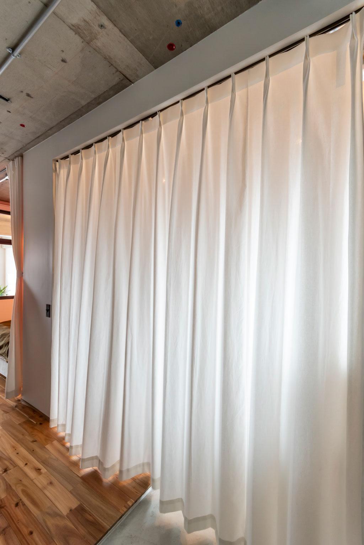 来客時にはカーテンで目隠し。