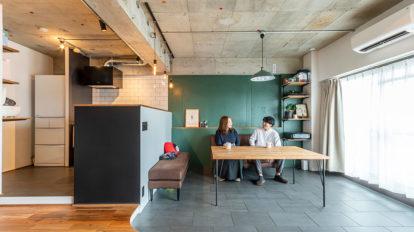 60 m²前後の2人暮らし ポイントは締め色。色で遊ぶ大人の空間