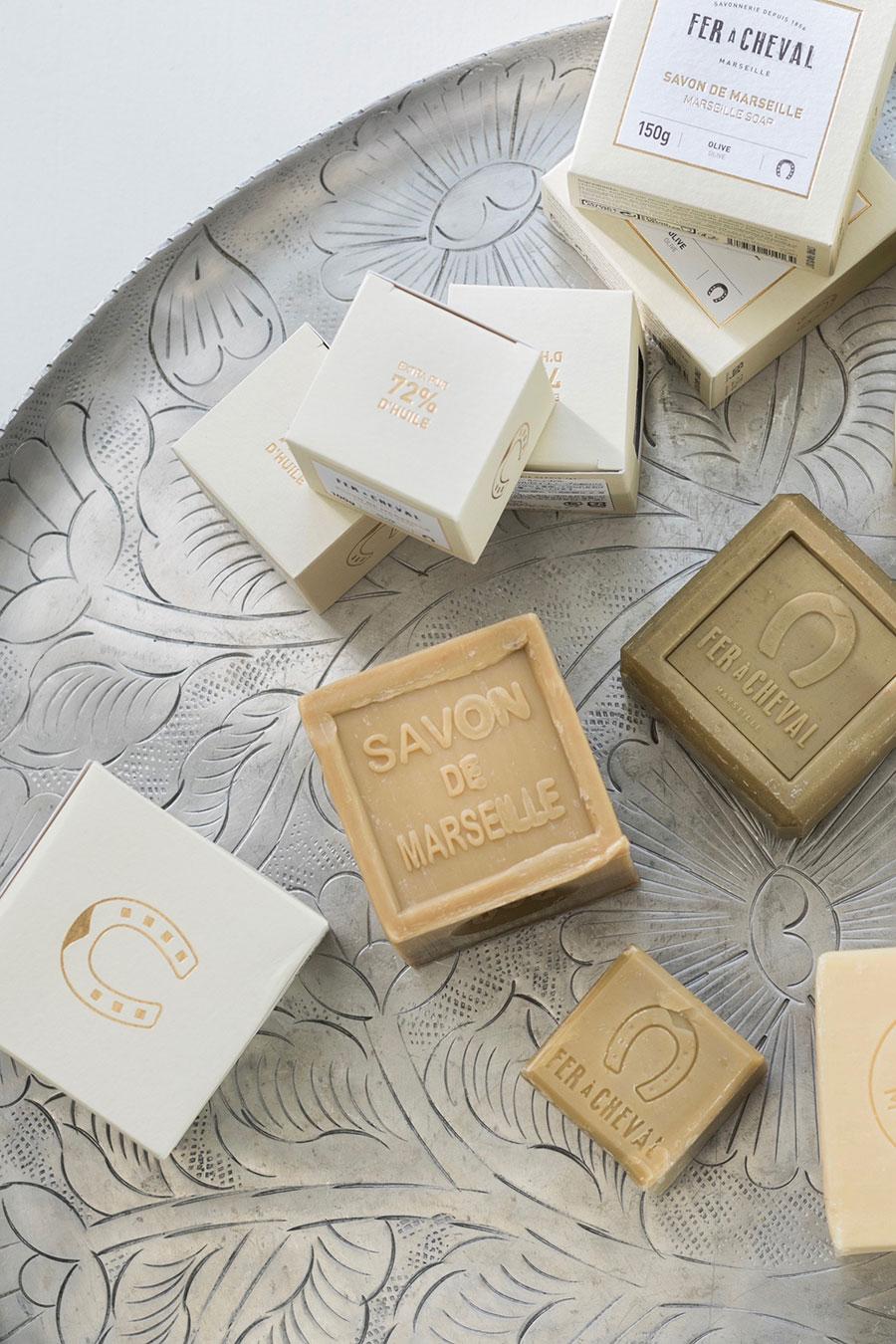 馬蹄や72%など、ブランドを象徴する刻印をゴールドのエンボス加工で施したモダンなパッケージも魅力。ギフトにも喜ばれそう。
