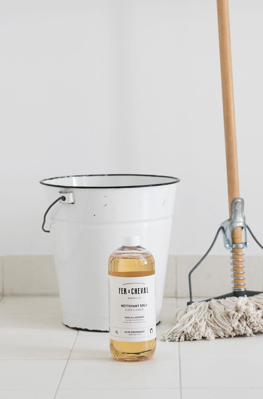 フロアークリーナー 1L ¥2,000 洗い流し不要で、屋内外のあらゆるタイプに床で使用できる。