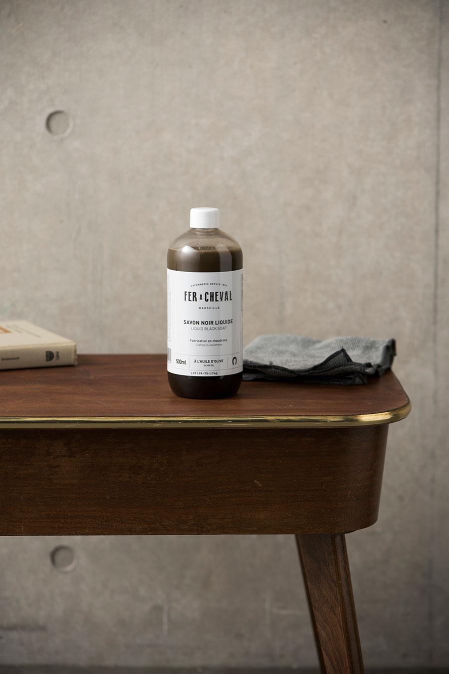 ブラックソープ ( リキッド ) 500ml ¥1,480 テーブルやレザーソファは、日常の汚れを落としながら、輝きと潤いを与え、保護の役割も。
