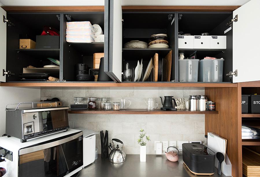 ひと目でどこに何があるか把握できるよう、収めるものを配置。大きなお皿は立たせておくと取り出すのも楽。中身が見えないケースには必ずラべリングを。