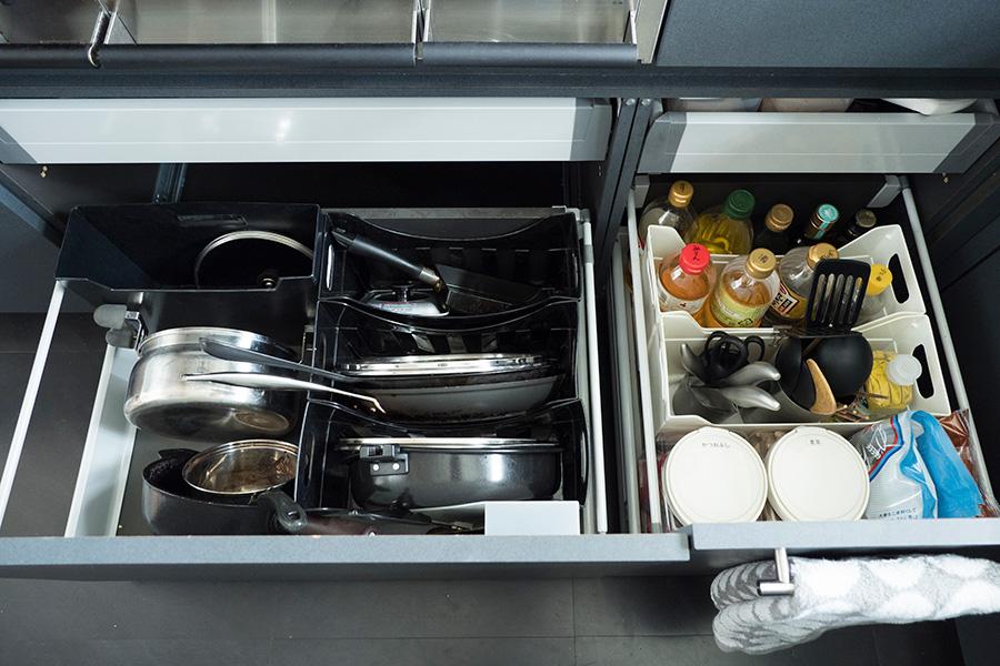 コンロ下にはコンロで使うものをスタンバイ。すぐ手に取れるよう、お鍋やフライパンは重ねないのがルール。