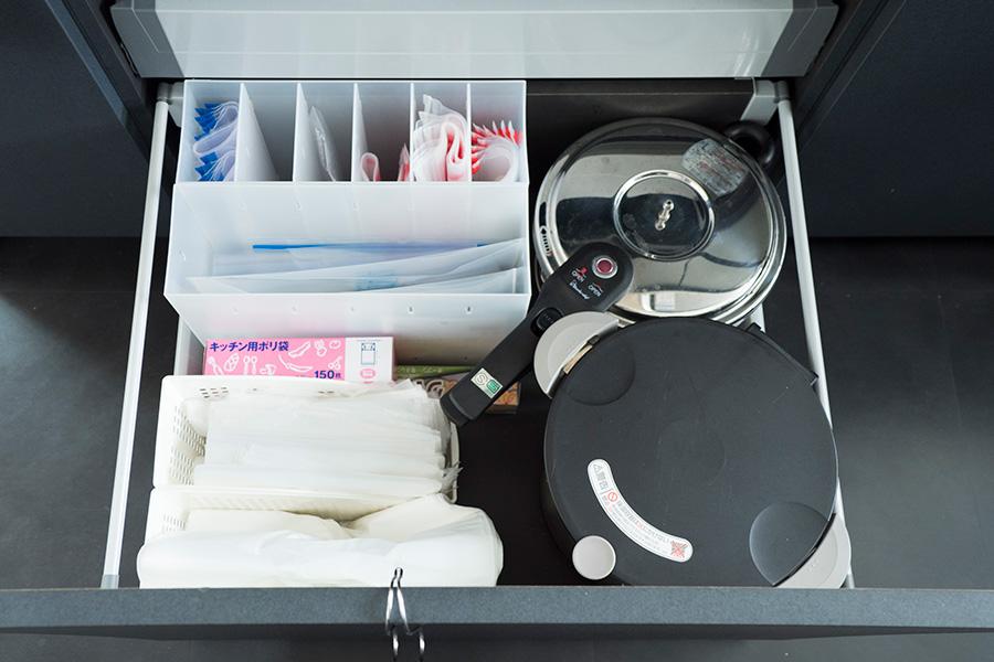 ゴミ箱横の引出しにはゴミ袋類を。アイテム毎に収納ケースに入れておけば、ワンアクションで取り出せる。
