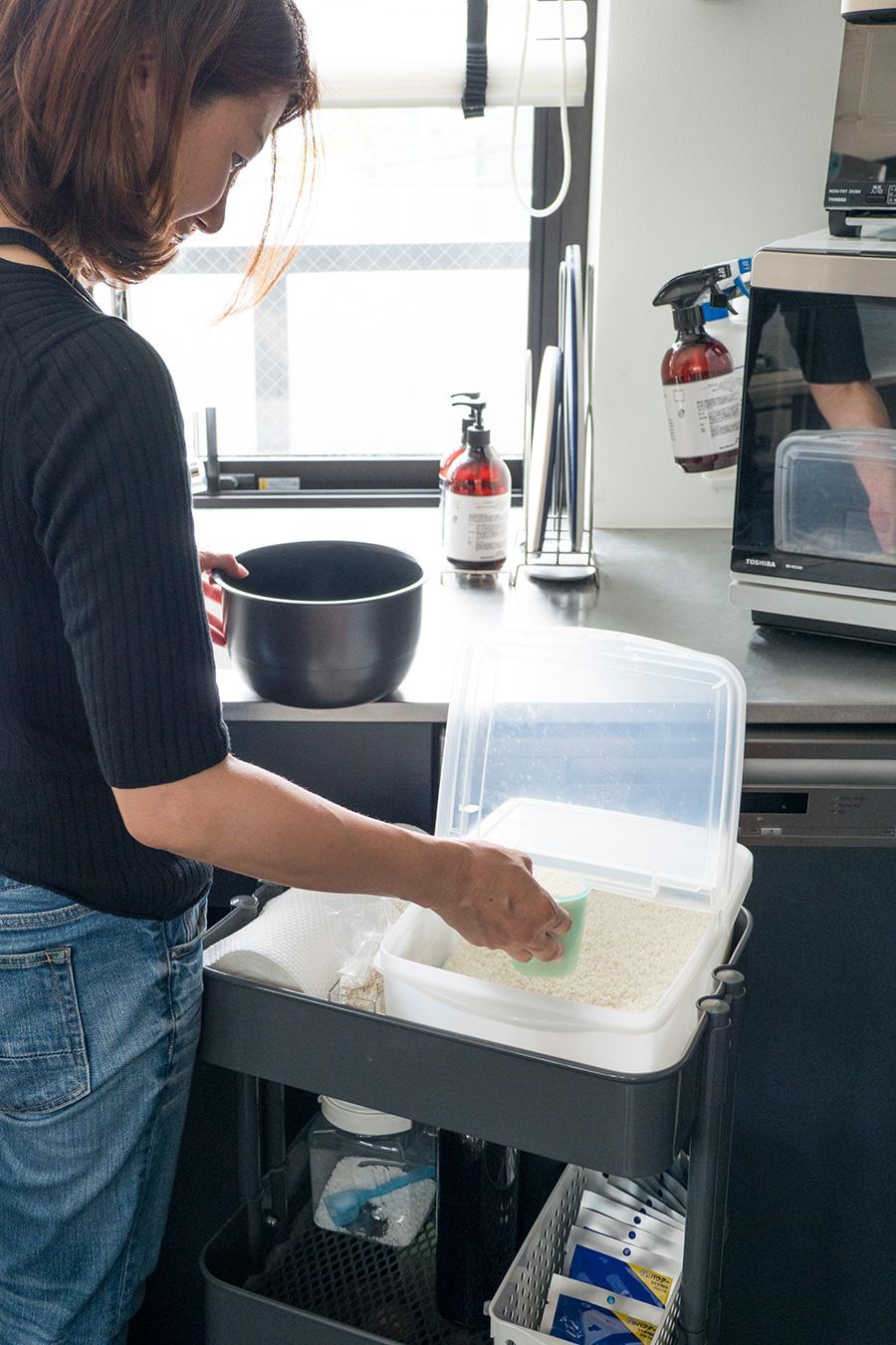 米びつをワゴンの上に。しゃがんだり持ち上げたりしなくても、簡単に引き出して計量できる。