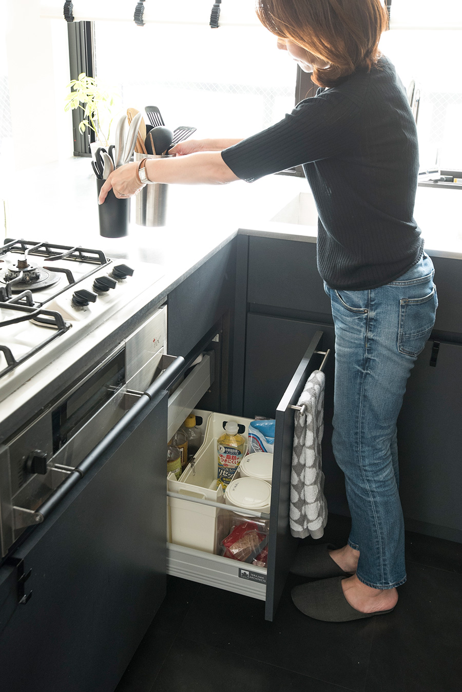 調理器具はひとまとめにして、使うときだけキッチン台の上に。普段はそのまましまってすっきりと。