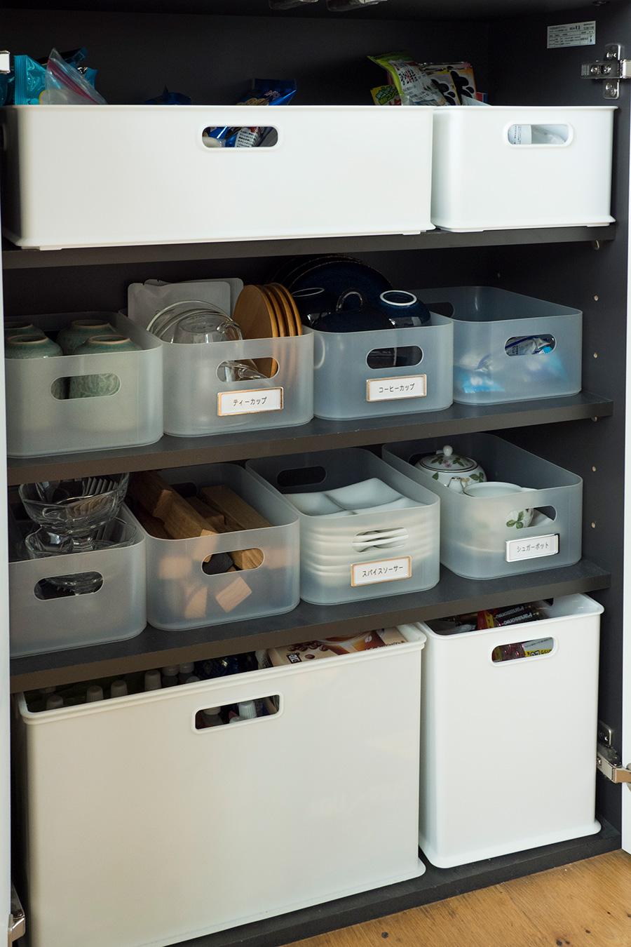 コーヒーカップ、ソーサーなどアイテム毎にケースに収納してラベリング。