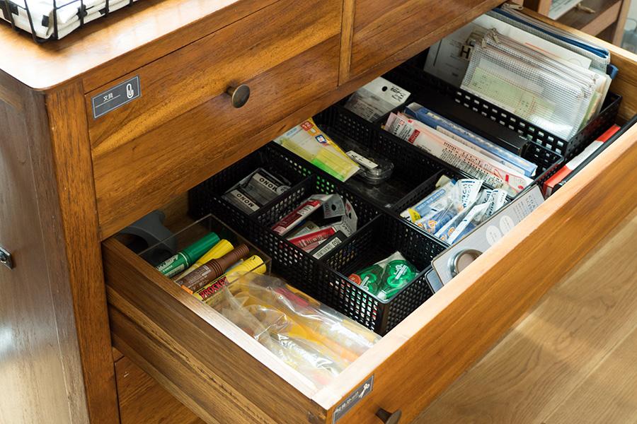 回転が早い文房具のストックは、在庫管理しやすいようアイテム毎に収納。保険証、診察券などはファスナー付きの袋にそれぞれまとめている。