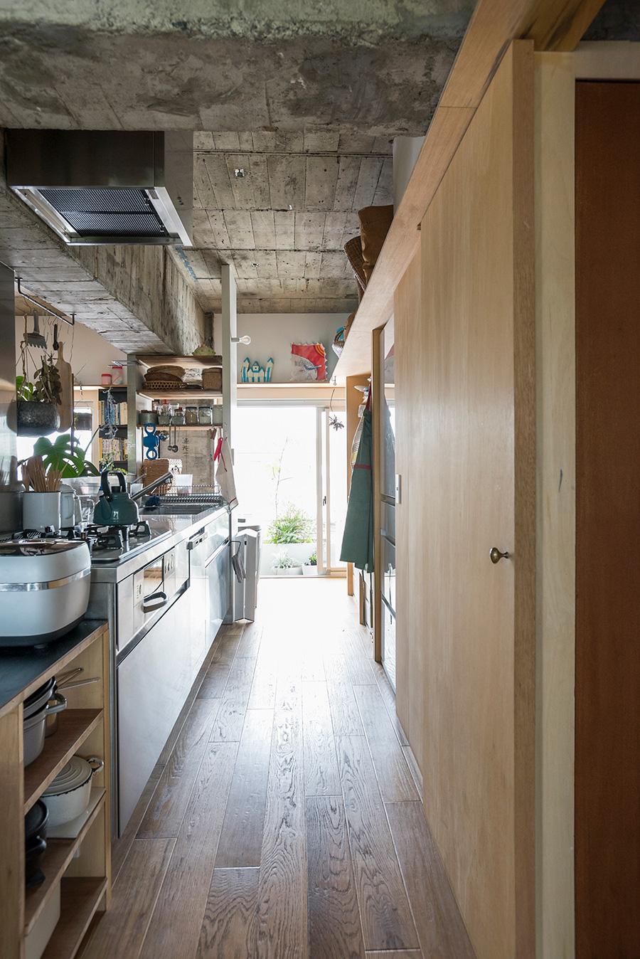 中央に配したキッチンがアイランドのように空間を仕切る。