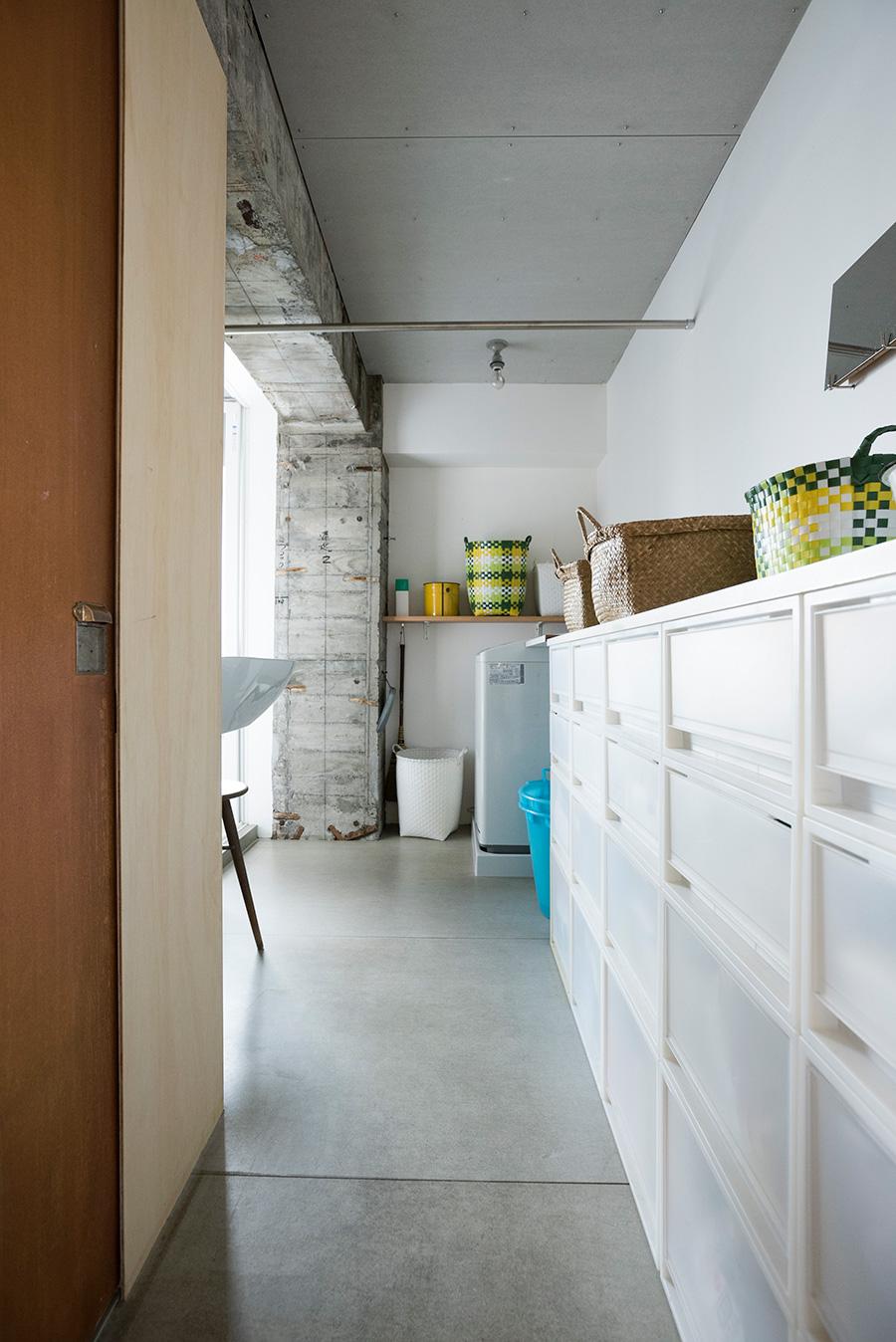 無印良品の収納ケースを使った洗面。トイレは当初からついていたドアを活用し、真鍮の取っ手に付け替えた。