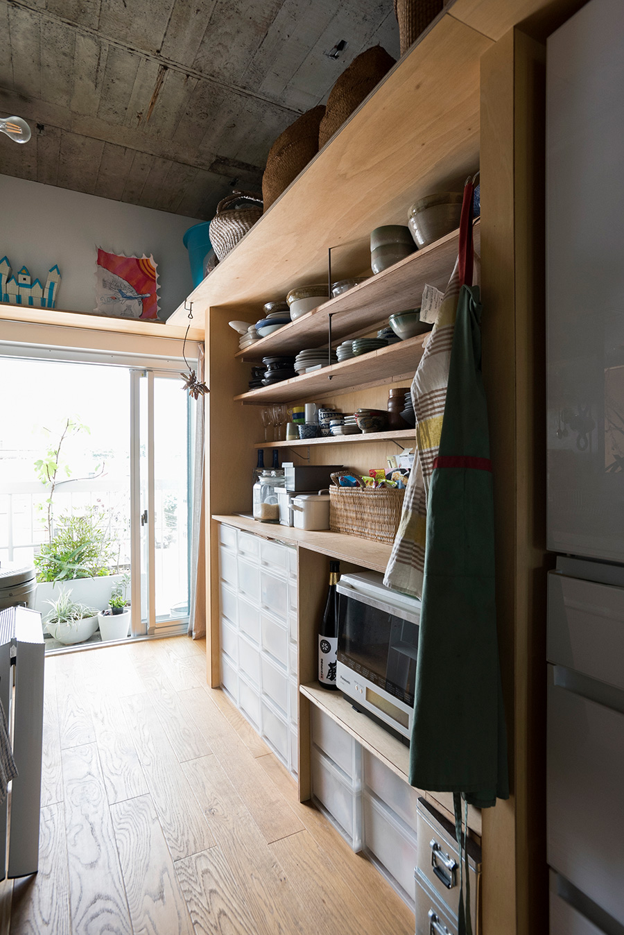 DIYで作った食器棚。収納ケースがぴったり収まるようサイズを計測した。